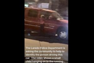 Llevaba a niña en la puerta; Policía de Laredo busca a conductor (VIDEO)