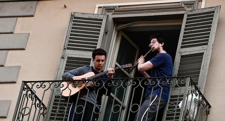VIDEO: Italianos cantan desde los balcones para amenizar la cuarentena