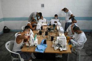 Expandilleros cosen mascarillas para enfrentar coronavirus