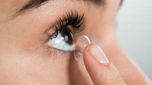 Usar lentes de contacto te hace más propenso a contraer Covid-19