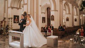 Critica al gobierno por manejo de epidemia del coronavirus... pero se casa en plena cuarentena