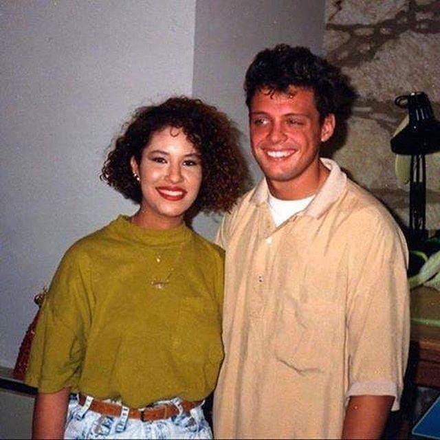 Selena Quintanilla posando con Luis Miguel