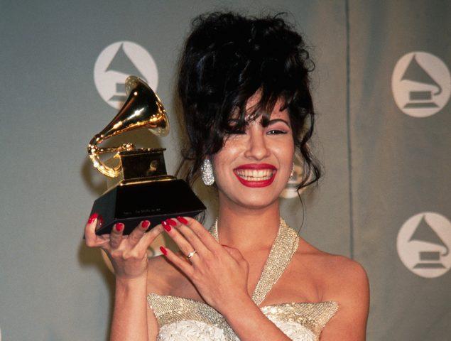 Selena posando para los Grammy's