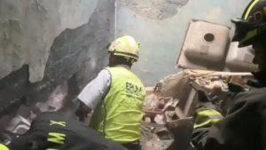 (VIDEO) Rescatan a bebe atrapado entre paredes