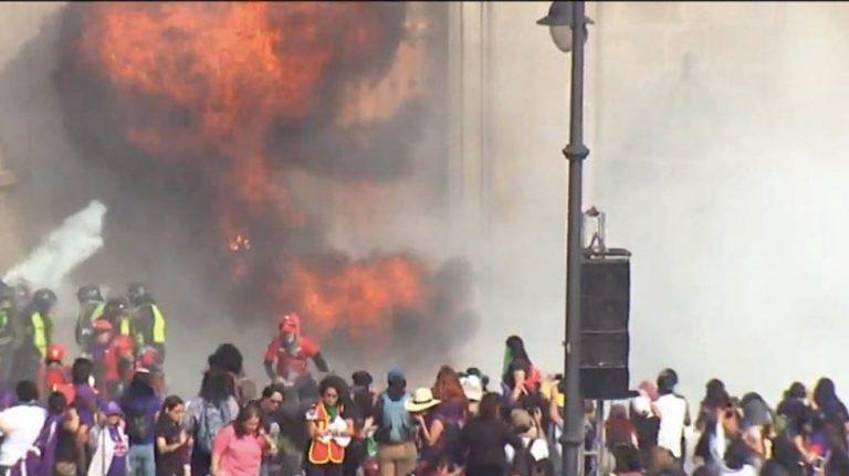 Manifestantes lanzaron varias bombas molotov a la puerta principal de Palacio Nacional.