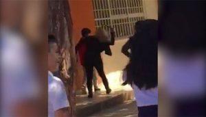 Mujer 'cintarea' a su hijo en secundaria por citatorio (VIDEO)