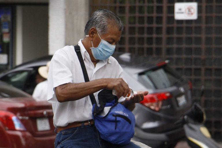 Un hombre con cubrebocas se aplica gel antibacterial en las manos, como medida preventiva ante el coronavirus. FOTO: CUARTOSCURO
