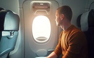 Hombre intenta abrir puerta de avión en pleno vuelo (VIDEO)