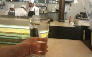 Mesero en Puebla es despedido por darle un vaso de agua a niño sediento