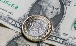 Dólar cierra en un histórico 25.68 pesos en bancos