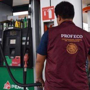 Exhibe Profeco a gasolineras que dan litros de menos