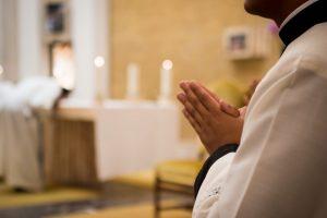 Buscan dos jóvenes abrazar sacerdocio