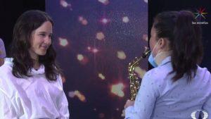 VIDEO: Saxofonista atacada con ácido toca junto a Ximena Sariñana