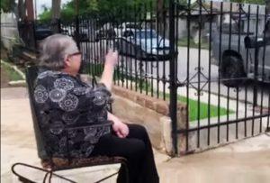 VIDEO: Familia organiza emotivo desfile para visitar a su abuelita en cuarentena