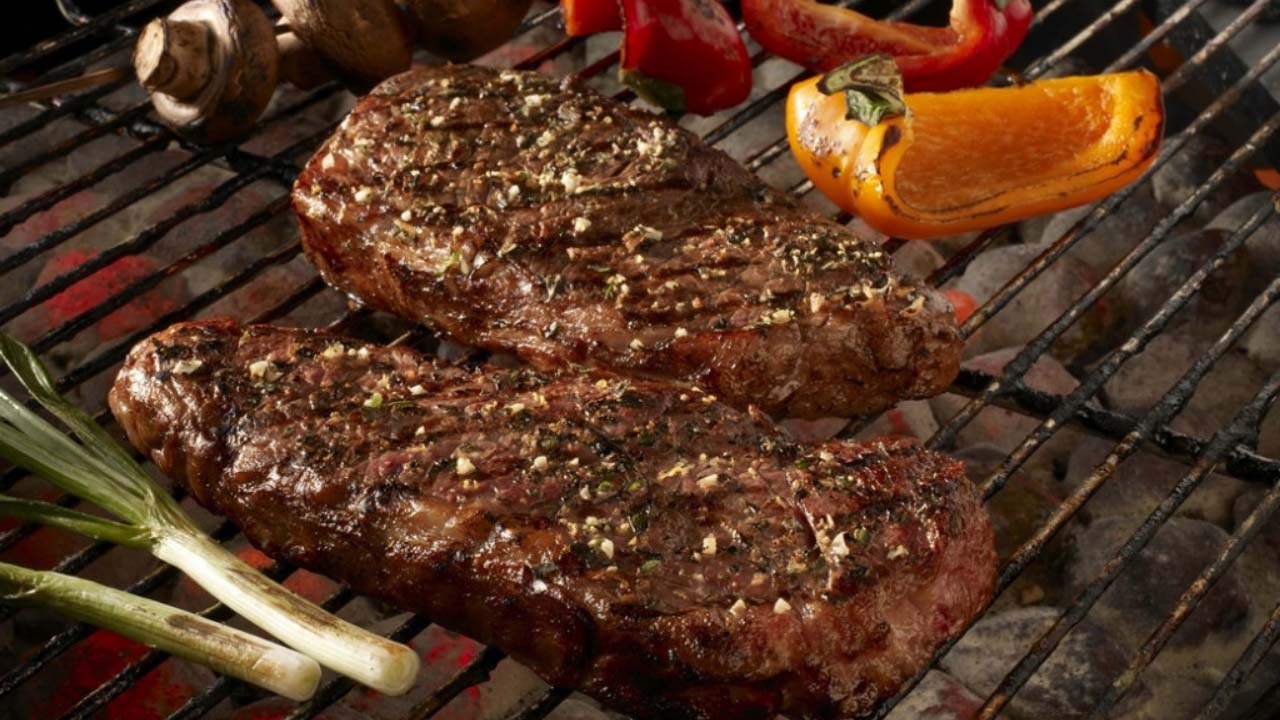 La carne asada forma parte de la comida típica de Coahuila.