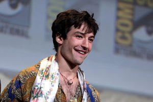 VIRAL: Ezra Miller causa polémica por VIDEO donde ahorca a fan