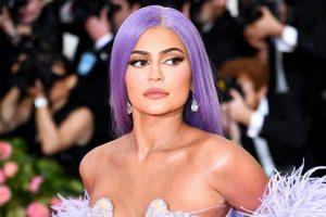 Sorprenden a Kylie Jenner en la calle descalza y en fachas