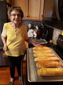 Abuelita aprovecha cuarentena para crear canal de cocina (VIDEO)
