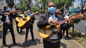 Coronavirus: Mariachis llevan serenata a médicos en CDMX (VIDEO)