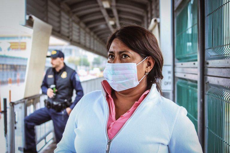 Mujer usando cubrebocas en el Puente Internacional I, Nuevo Laredo. Foto: El Mañana