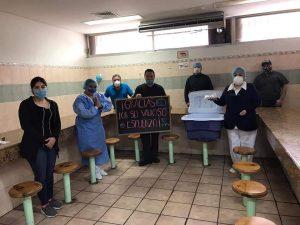 Se unen y llevan comida gratis a personal médico