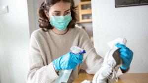 COVID-19: el virus puede entrar a tu casa por medio de los zapatos ¿Verdad o mito?