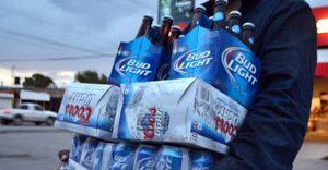 Monterrey: Cambia el pánico de compra de rollos de papel por: ¡Cerveza! (VIDEO)