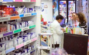 Mujer regia hace berrinche en farmacia y amenaza con contagiarlos de Covid-19 (VIDEO)