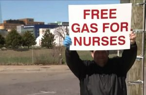Hombre regaló 900 dólares en gasolina a enfermeras
