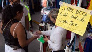 Abunda venta de gel antibacterial y cubrebocas en las calles
