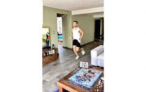 Cuarentena nivel: Corre maratón en la sala de su casa en CDMX
