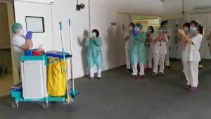 VIDEO: Médicos 'homenajean' a personal de limpieza por su trabajo durante la pandemia de Covid-19