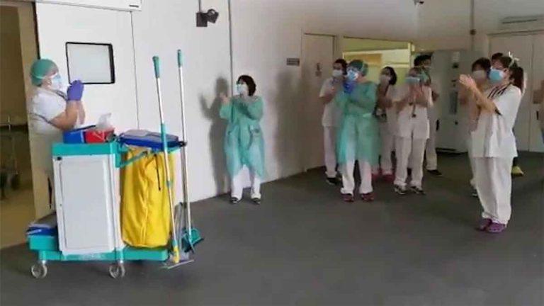 Médicos aplauden a personla de limpieza por su importante labor