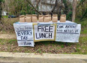 Mujer deja almuerzos gratis 'para quien los necesite'