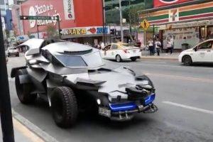 COVID-19:'Batman' recorre Monterrey en su Batimóvil; pide a la gente quedarse en casa