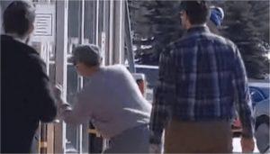 Hombre molesto escupe y lame entrada de un banco por la enorme fila
