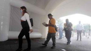 Cómo funcionan los túneles sanitizantes que combaten el COVID-19
