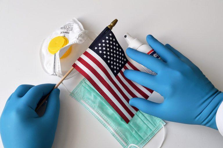 Reparten tarjetas de apoyo económico por coronavirus en Estados Unidos