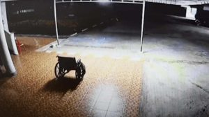 Aterrador momento donde silla de ruedas se mueve sola en un hospital ¿fantasma?