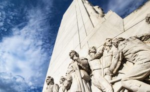 Vandalizan monumento a los héroes de Alamo con mensajes racistas