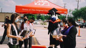 Chick-fil-A en San Antonio organiza graduación en el estacionamiento
