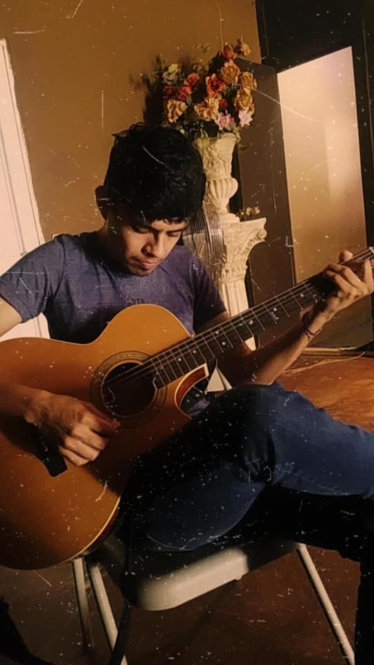 Luis Gamboa, un joven neolaredense compuso una canción nostálgica sobre la cuarentena.