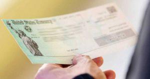 Maestra donó su cheque de estímulos a familias de inmigrantes