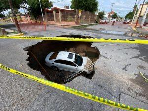 Socavón se traga auto con madre e hijo en la colonia Madero (VIDEO)