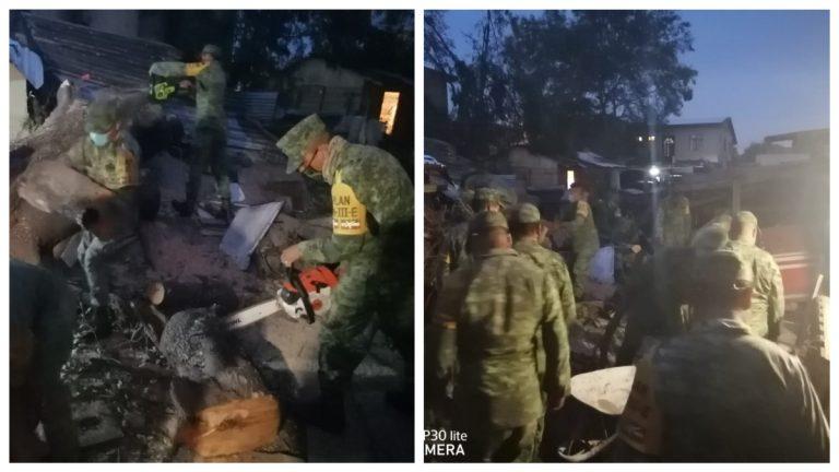 Soldados remueven escombros de casa derrumbada por tormenta en Nuevo Laredo