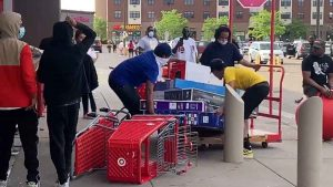 Target es saqueado e incendiado en protestas de Minneapolis (VIDEO)