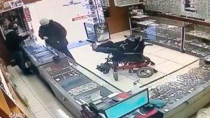 VIDEO VIRAL: ¡A pie armado! Hombre sin brazos asalta joyería en Brasil