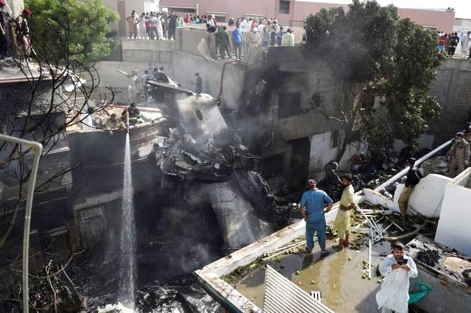Así fue el momento cuando el avión cae tras accidente en Pakistán
