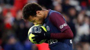 Las nuevas reglas del fútbol profesional: no escupir, ni besar la pelota