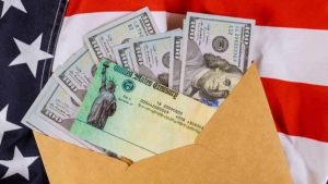 Hispanos devuelven a dueño cheque de estímulo encontrado en la basura